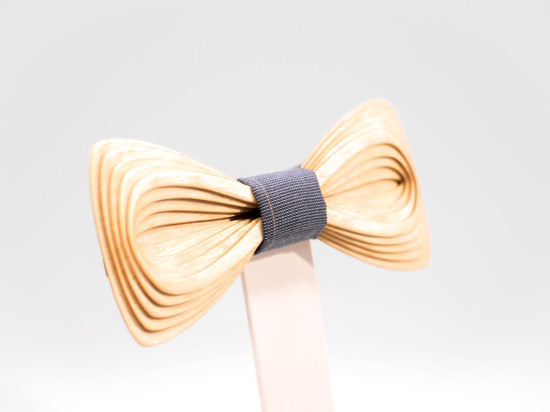 Girocollo SÖÖR Antero in betulla Un cravattino in legno unico per uomo.
